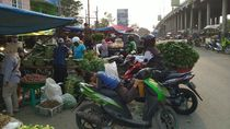 PKL Penuhi Flyover Pasar Cileungsi: Khawatir Kena Corona tapi Tak Bermasker