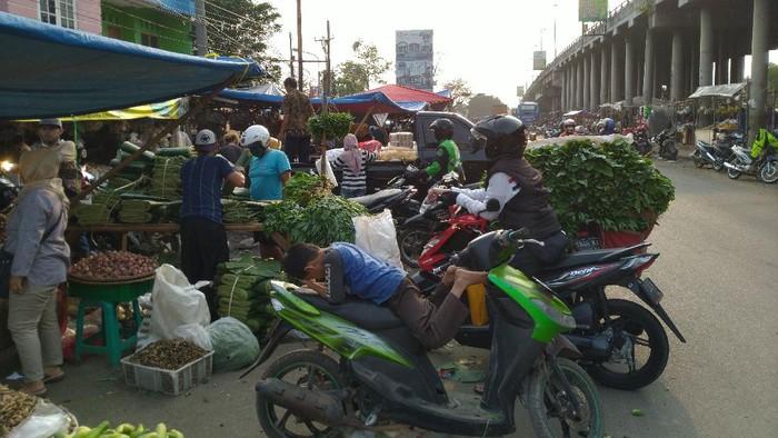 PKL di kolong flyover dekat Pasar Cileungsi