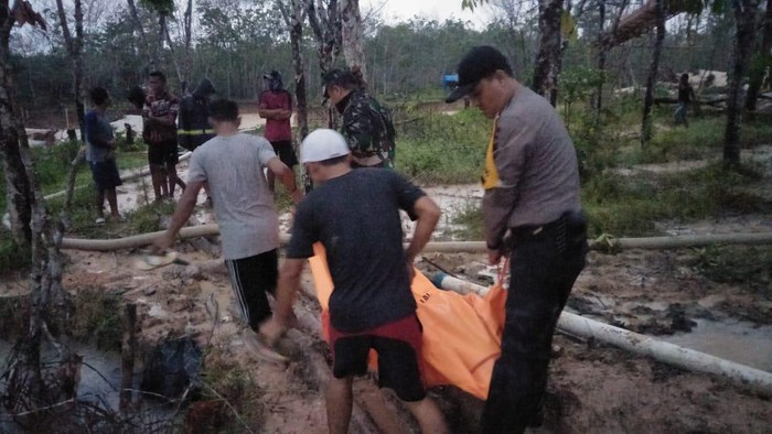 Polisi evakuasi tiga penambang ilegal di Jambi yang tewas tertimbun longsor