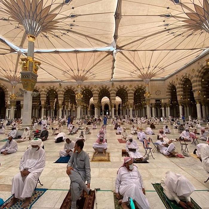 Masjid Nabawi menggelar salat jumat untuk pertama kalinya usai ditutup akibat pandemi Corona. Sedikitnya 100.000 orang mengikuti salat dengan mengikuti protokol kesehatan ketat.