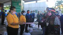 Keliling RS di Surabaya, Risma Apresiasi dan Bantu Petugas Cleaning Service