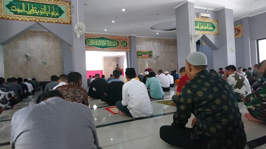 Masjid Pemkot Cilegon Gelar Salat Jumat, Tradisi Jabat Tangan Ditiadakan