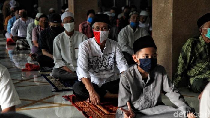 Ratusan umat muslim melakukan salat Jumat di Masjid Jami Al-Hidayah, Tanjung Priok, Jakarta Utara, Jumat (5/6). Salat Jumat ini digelar dengan protokol kesehatan.