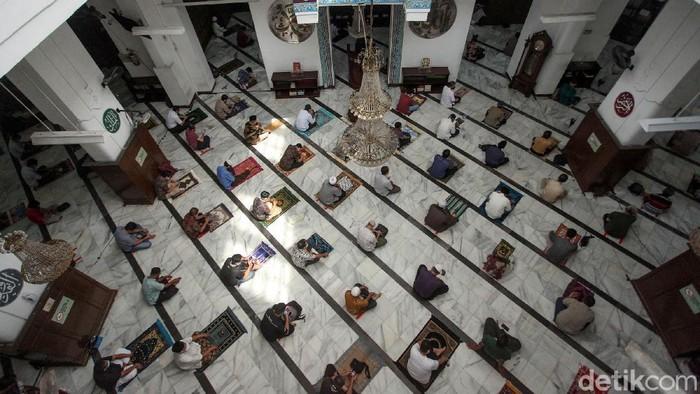 Masjid Cut Meutia, Jakarta Pusat kembali menggelar shalat jumat setelah beberapa bulan tidak dapat menggelar ibadah salat berjamaah. Shalat jumat ini merupakan shalat jumat pertama masa PSBB transisi.