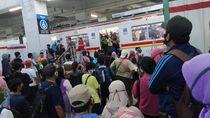 PSBB Transisi DKI Dimulai, Stasiun Manggarai Dipadati Penumpang Sore Ini