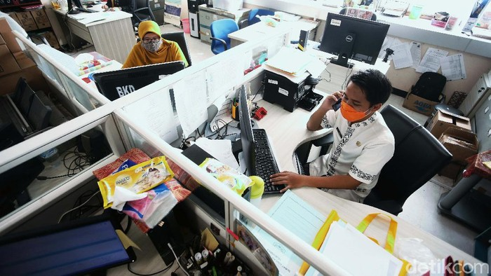 PNS kembali berdinas di masing-masing instansinya pada hari pertama perpanjangan PSBB DKI Jakarta (PSBB transisi fase I). Mereka menerapkan protokol kesehatan.