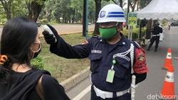 GBK resmi dibuka untuk umum pada Jumat (5/6/2020). Pengunjung di kawasan ring road stadion utama GBK tampak mematuhi anjuran pakai masker dan wajib cek suhu.