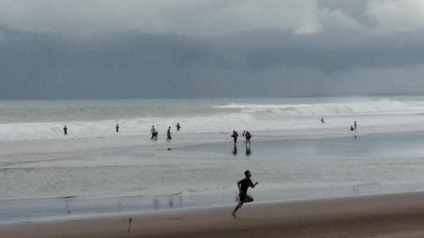 Pantai Pangandaran di Jawa Barat kembali dibuka untuk umum, tentu saja dengan menerapkan protokol kesehatan. (Faizal Amiruddin/detikcom)