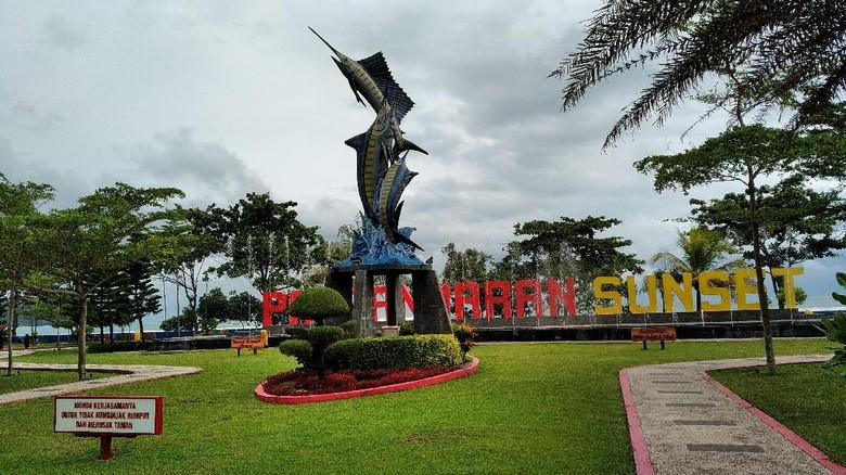 Sejumlah wisatawan mulai mengunjungi objek wisata pantai Pangandaran, Jumat (5/6/2020). Tapi jumlahnya belum terlalu signifikan.