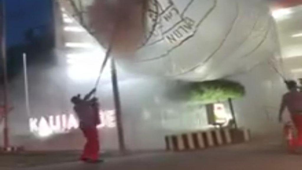 Duh! Balon Udara 6 Meter Jatuh di Area SPBU Sragen