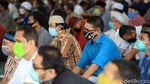 Terapkan Protokol Kesehatan, Salat di Masjid Al Azhar Meluber ke Halaman