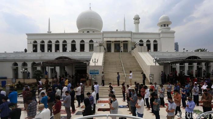 Masjid Agung Al Azhar, Jakarta Selatan, menggelar salat Jumat perdana di masa transisi PSBB DKI Jakarta. Salat digelar dengan protokol kesehatan.