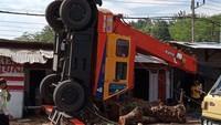 Crane Terjungkal Saat Angkat Potongan Batang Pohon, Overload Atau Mistik?