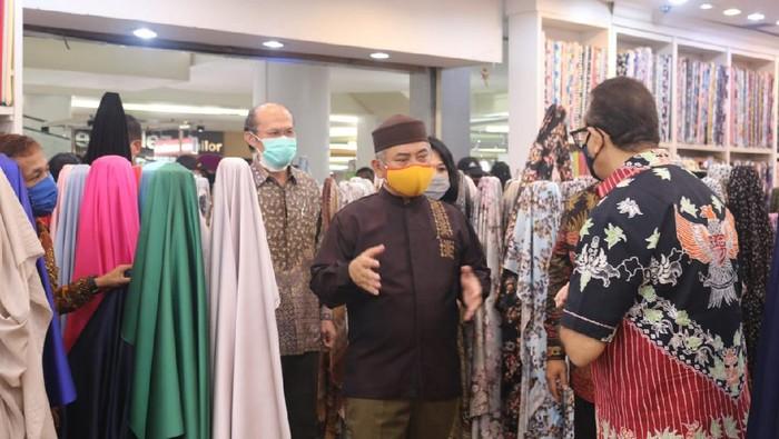 Wali Kota Bekasi, Rahmat Effendi meninjau simulasi penerapan new normal di mal-mal.