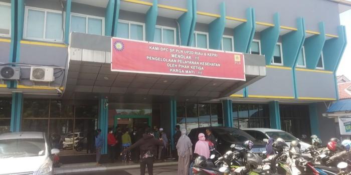 Warga datangi kantor PLN cabang Pekanbaru