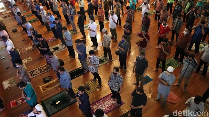 Warga Kota Bandung melaksanakan salat Jumat berjemaah di Masjid Al-Ukuwah