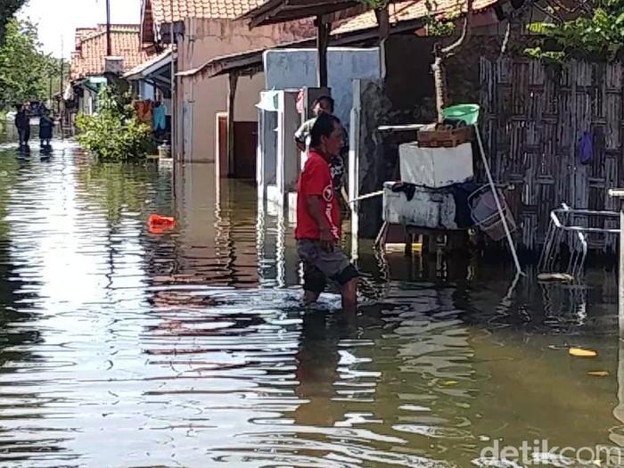 Warga terdampak banjir rob di Kota Pekalongan evakuasi harta benda, Jumat (5/6/2020).