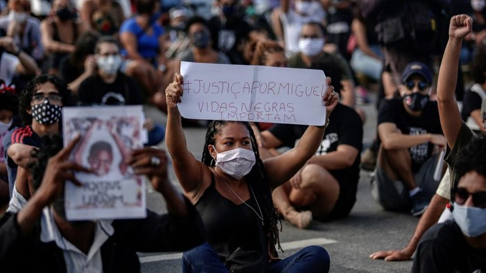 A woman holds a sign reading Justice for Miguel. Black Lives Matter during a demonstration in demand of justice for the death of five-year-old Miguel Otavio Santana da Silva, the son of a black maid who on June 2 fell from the ninth floor of a building while under the watch of his mothers white employer, in Recife, Pernambuco State, in northeastern Brazil, on June 5, 2020. - The death of Miguel Otavio triggered a wave of anti-racism protests on Friday in Recife. (Photo by Leo MALAFAIA / AFP)