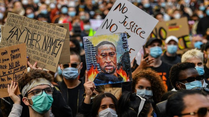 Demonstrators attend a Black Lives Matter protest to express solidarity with US protestors in Sydney on June 6, 2020 and demand an end to frequent Aboriginal deaths in custody in Australia. (Photo by SAEED KHAN / AFP)