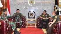 2 Prajurit TNI Beri THR ke Warga Flores, Ketua MPR: Ini Pancasila!