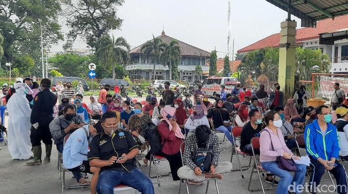 Ratusan warga mengikuti rapid test massal di Parkir Bus Wisata Religi Sunan Ampel, Jumat (5/6). Hasilnya, ada 117 orang yang reaktif.