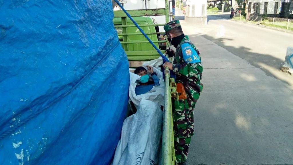 Hindari Pengecekan Saat Masuk Bali, 2 Kernet Ngumpet di Bak Truk Berterpal