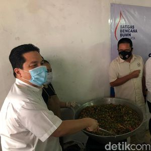 Erick Thohir Cicipi Makanan Dapur Satgas COVID-19