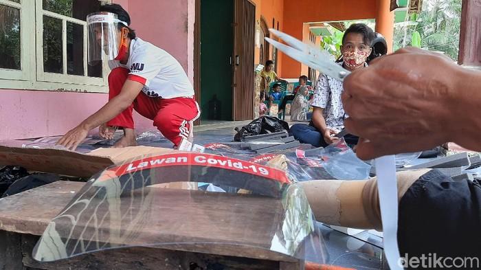 Face shield buatan para difabel di Desa Cipaku, Kecamatan Mrebet, Kabupaten Purbalingga laris manis dipesan oleh para pelaku UMKM dan instansi, baik swasta maupun pemerintah.