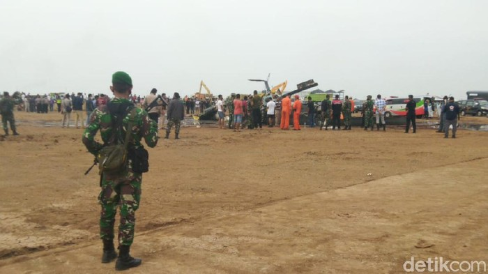 Helikopter jatuh di kawasan industri Kendal, Sabtu (6/6/2020).