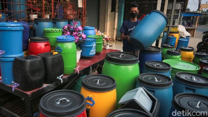 Tempat sampah daur ulang efektif dan bermanfaat mengurangi sampah plastik. Salah satu sentra pembuatannya ada di kawasan Cibinong, Bogor, Jawa Barat.