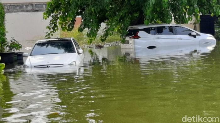 Mobil Mercy terendam di Kompleks Pantai Mutiara, Jakarta.
