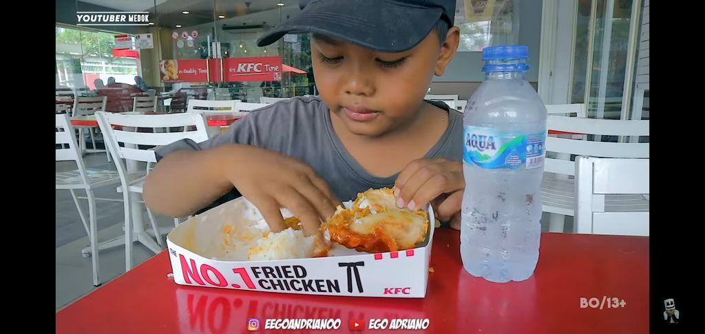 pemulung cilik makan KFC
