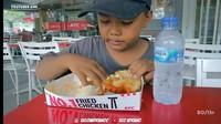 Reaksi Polos Pemulung Cilik Saat Pertama Kali Makan di KFC