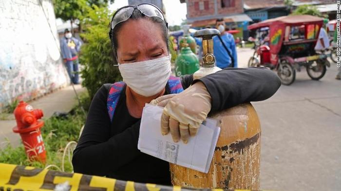 Warga peru mengantri oksigen di tengah pandemi virus Corona COVID-19.