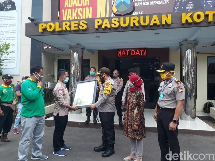 Kapolres Pasuruan Kota AKBP Dony Alexander menerima penghargaan lingkungan hidup. Penghargaan diberikan karena kapolres dinilai memiliki keberpihakan pada pelestarian alam.