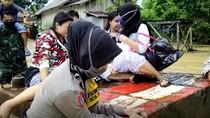 Polwan Basah-basahan Ikut Terjang Banjir Evakuasi Ibu Hamil 9 Bulan