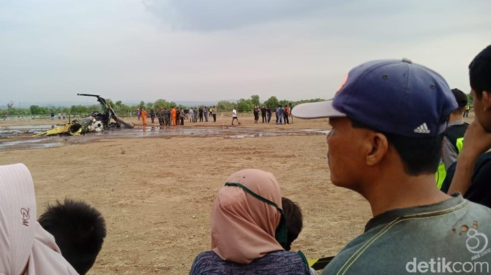Sebuah helikopter jatuh di kawasan industri di Kabupaten Kendal, Jawa Tengah, siang ini. Basarnas Semarang mengungkap helikopter tersebut milik TNI.