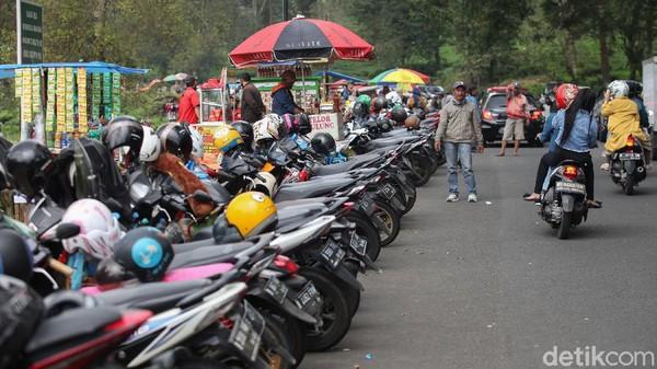 Kondisi lalu lintas menjelang perkebunan teh dipenuhi motor yang diparkir.
