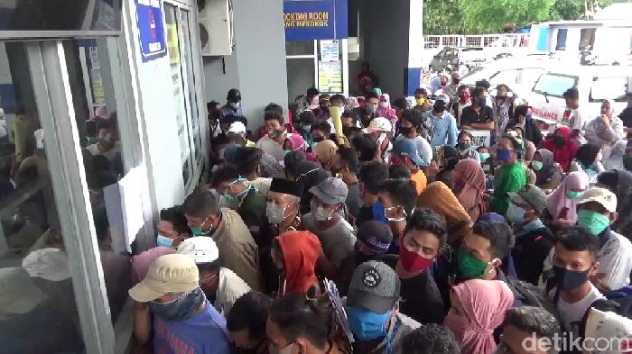 Ratusan penumpang berdesakan di Pelabuhan Nusantara, Sulsel (Hasrul Nawir/detikcom)
