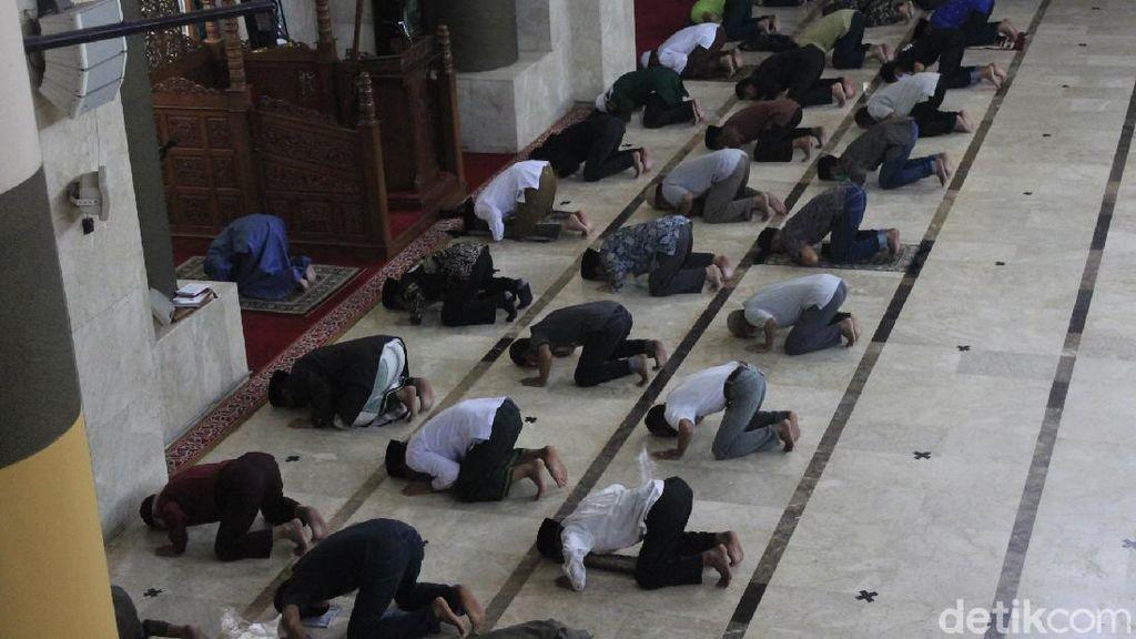 Melihat Kembalinya Salat Zuhur Berjemaah di Masjid Raya Bandung