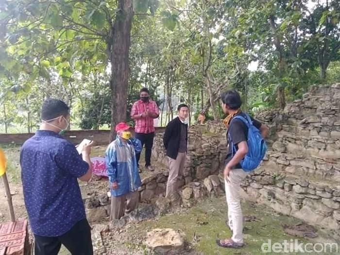Situs Sitinggil berada di Kecamatan Modo. Situs ini istimewa sebagai peninggalan zaman megalitikum.
