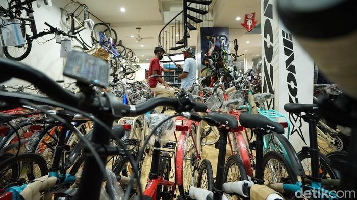 Toko sepeda diburu masyarakat di tengah pandemi virus Corona (COVID-19. Masyarakat rela antre membeli sepeda.