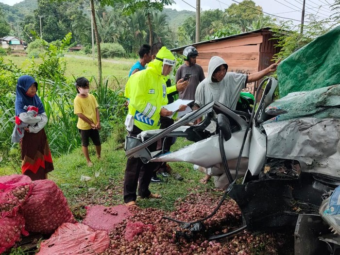 Truk pikap pengangkut bawang hilang kendali di jalan licin, tabrak pohon di Palopo Sulsel