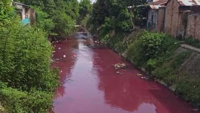 Air kali di Medan berwarna pink