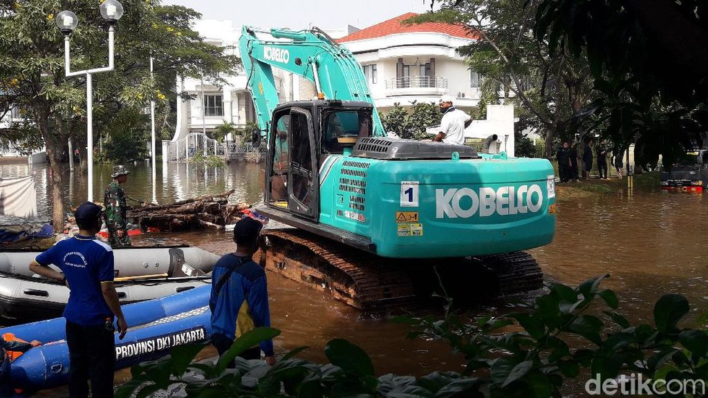 Rob Masih Rendam Kompleks Pantai Mutiara, TNI-Polri Bantu Perbaiki Tanggul