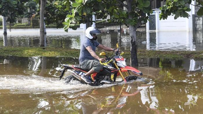 Banjir rob merendam perumahan di kawasan Penjaringan, Jakarta. Hal itu terjadi diduga akibat tanggul yang jebol saat naiknya permukaan air laut.