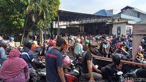 Ratusan Warga Surabaya Pengantre Bansos COVID-19 Langgar Physical Distancing