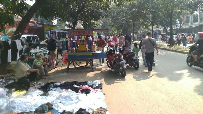 Bogor Masih PSBB, Kawasan Stadion Pakansari Dipadati Warga-PKL Pagi Ini  (Sachril/detikcom)