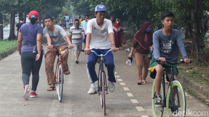 Kawasan Kanal Banjir Timur ramai disambangi warga untuk berolahraga. Tak sedikit pula anak-anak yang bermain mengisi waktu di akhir pekan.
