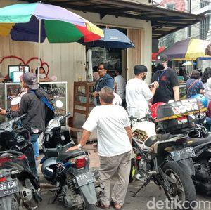 Lapak Pedagang Kacamata Eceran di Kota Bandung Ramai Pembeli